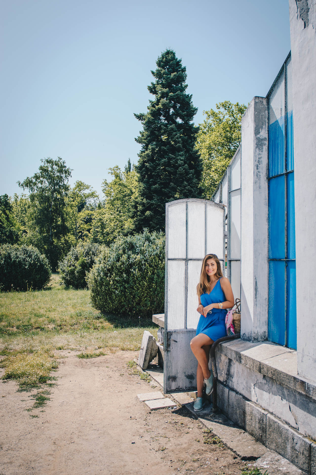 Синя лятна рокля и оранжерии