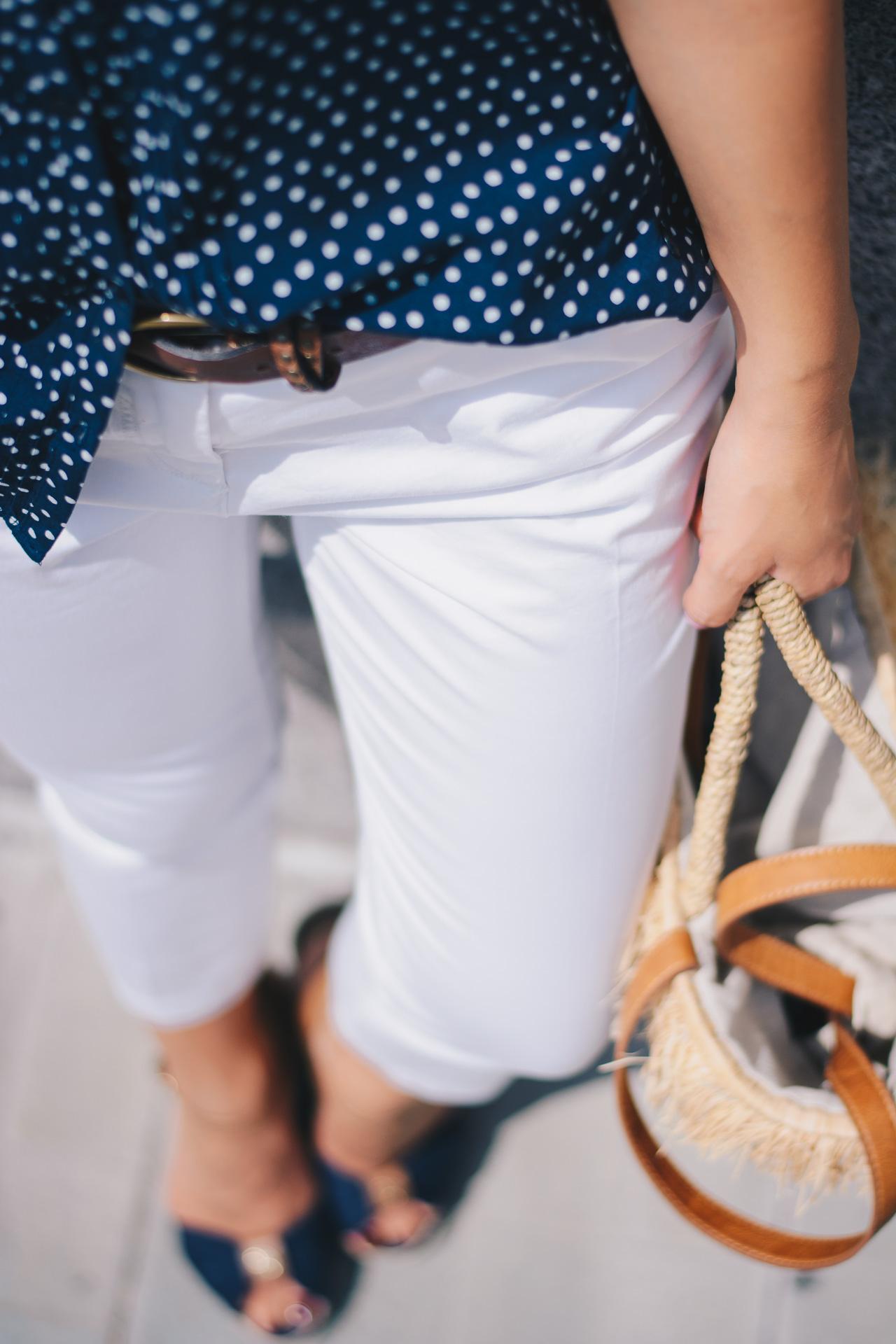 бял панталон риза на точици